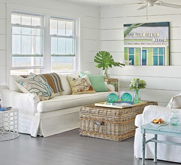 Интерьер гостиной загородного дома в морском стиле