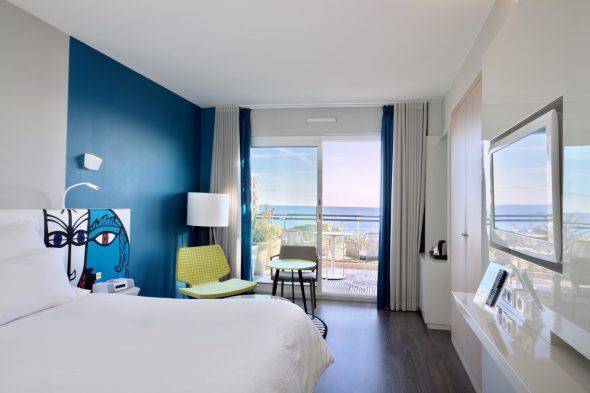 Просторная спальня в морском стиле