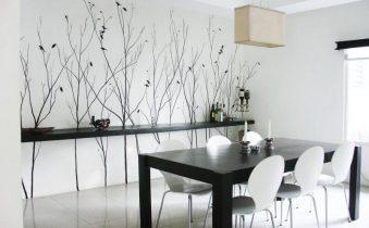 Рисунок на белой стене в столовой зоне