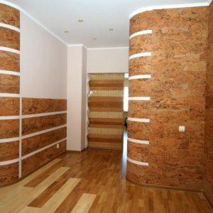 Отделка стен пробковыми панелями в коридоре