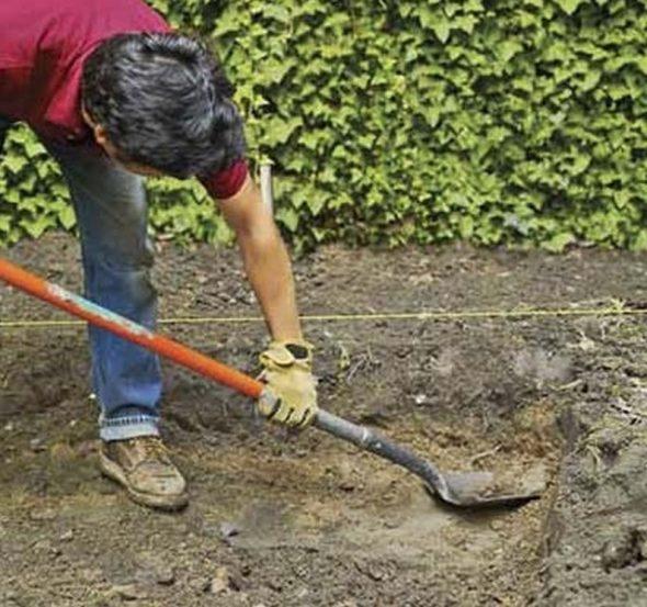 Человек копает яму