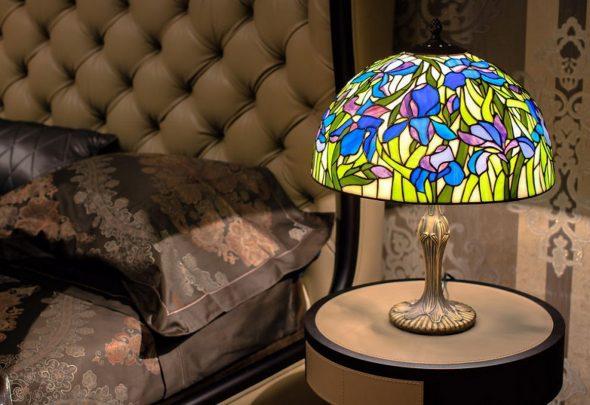 цветной абажур настольной лампы