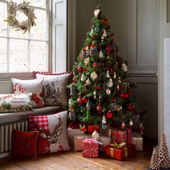Новогодняя елка с крупными игрушками