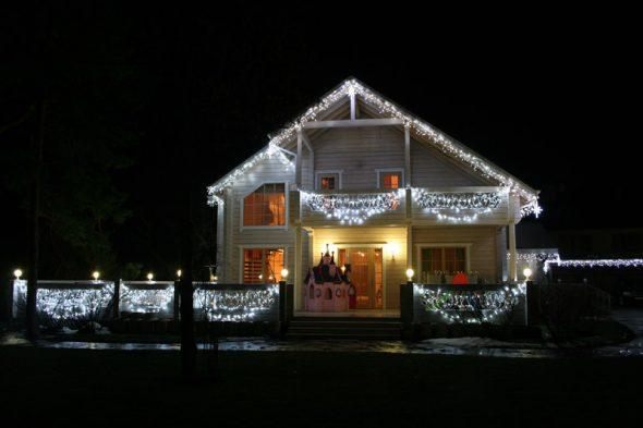 Дом, украшенный к Новому году