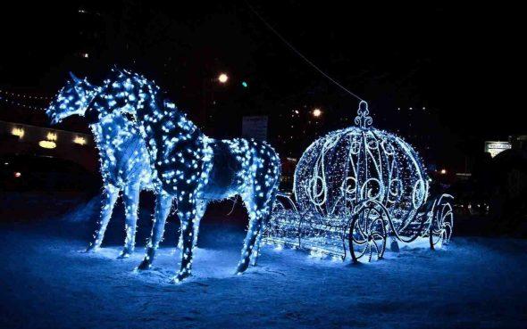 Иллюминация в виде кареты с лошадьми