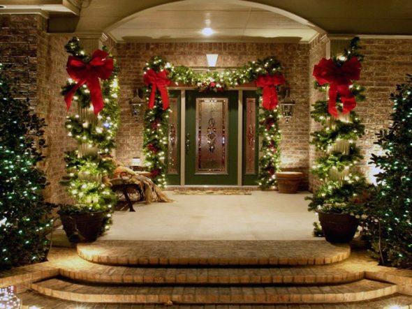 Крыльцо дома, украшенное к Новому году