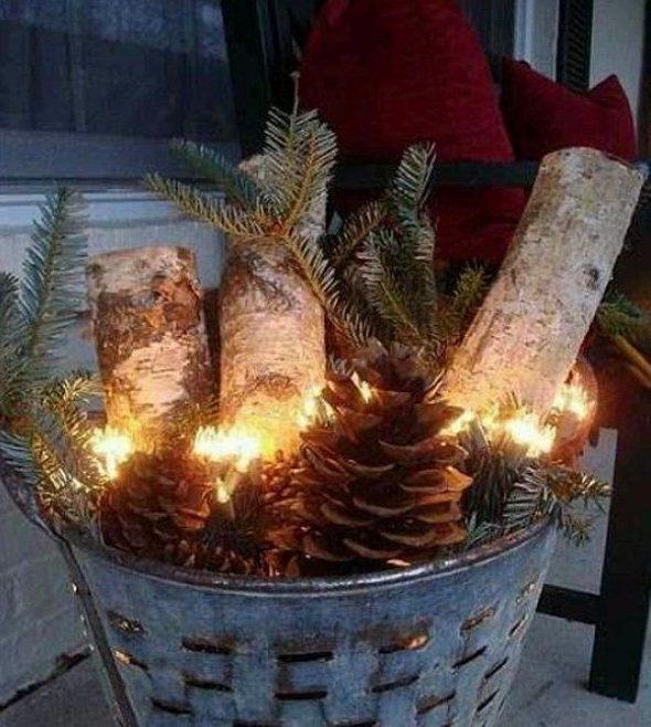 Новогодняя композиция из еловых веток и паленьев