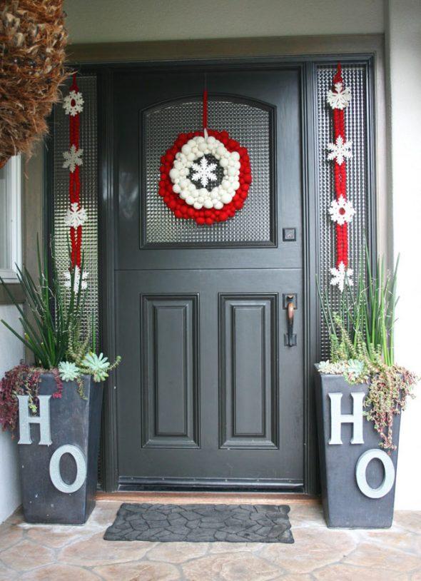 Новогоднее украшение входной двери дома