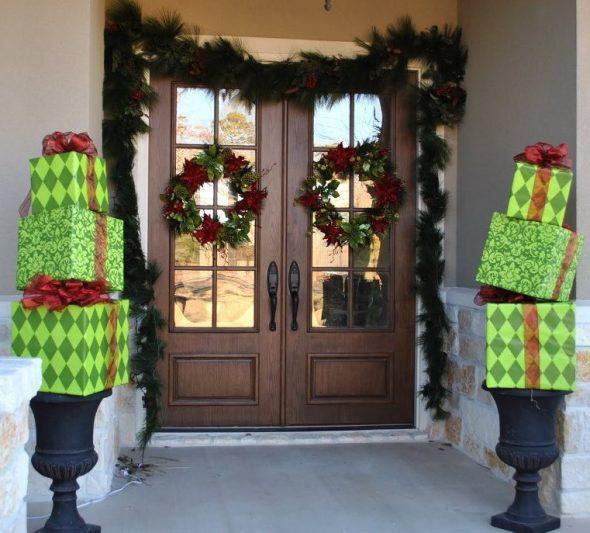 Новогоднее украшение порога и двери
