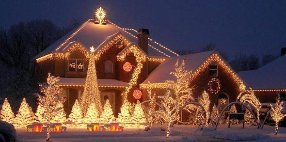 Дом и двор, украшенные к Новому году