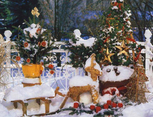 Новогодняя композиция во дворе