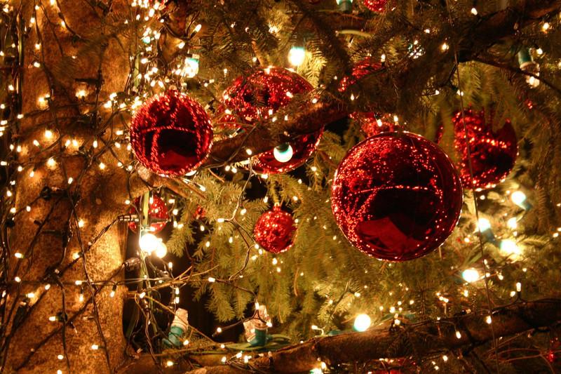 Праздничное украшение дома гирляндами к Новому году