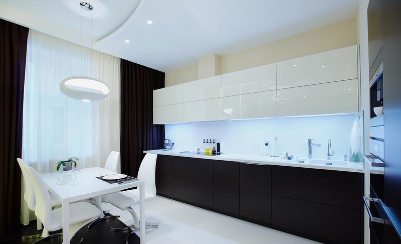 Впечатляющий дизайн чёрно-белой кухни