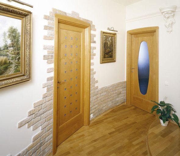 Облицовка двери искусственным камнем