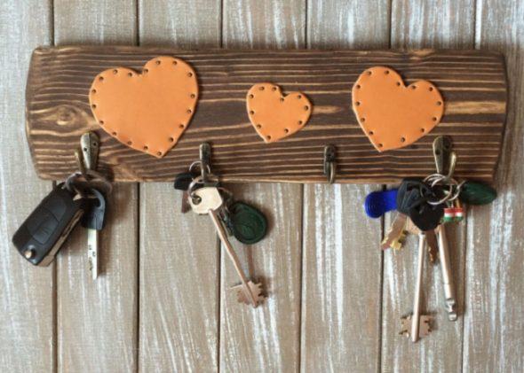 Простая ключница с сердечками