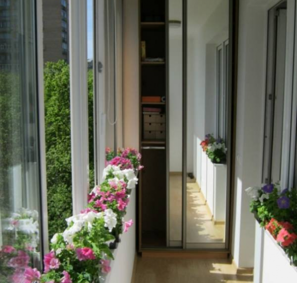 Шкаф-купе с зеркалом на балконе
