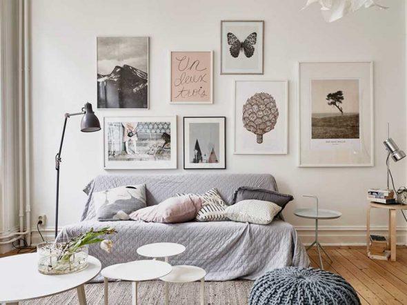 Фотографии на стене небольшой гостиной 18 кв. м