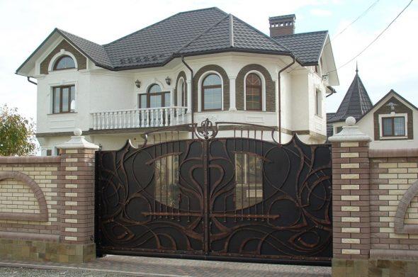 Узорчатые железные ворота