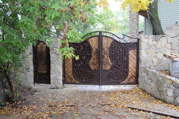 Металлические ворота с деревянными вставками