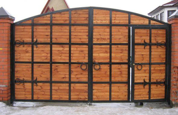 Деревянные ворота, усиленные металлическими рёбрами
