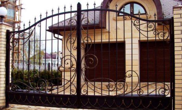 Узорчатые ворота из металла