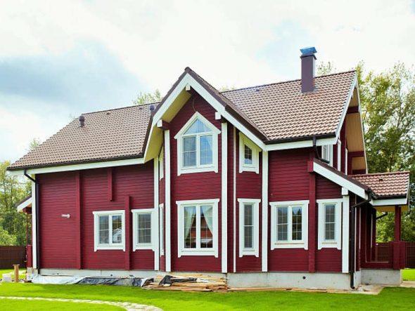 Деревянный дом с покраской