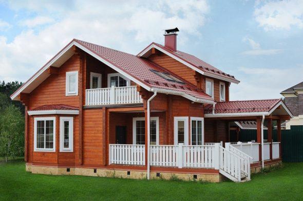 Деревянный дом в естественном цвете