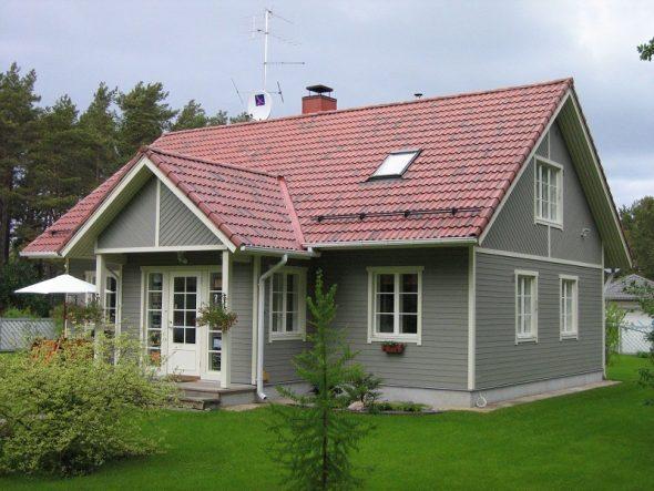 Серый дом с черепичной крышей