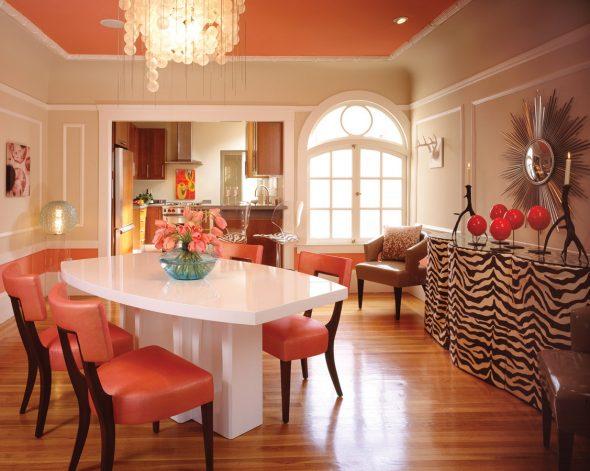 Персиковый цвет потолка и стульев в обеденной зоне