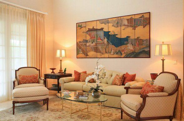 Картина и цветные подушки на фоне нежного оттенка стен
