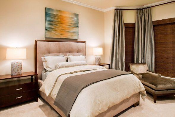Спальня в нежных персиковых тонах