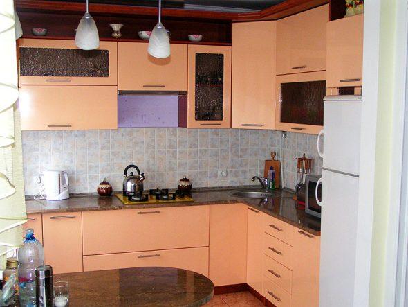 Персиковый гарнитур на кухне