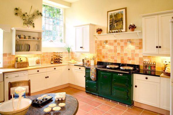 Зелёная плита в персиковом интерьере кухни