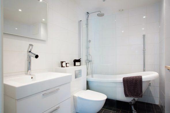 Освещение светлой ванной комнаты