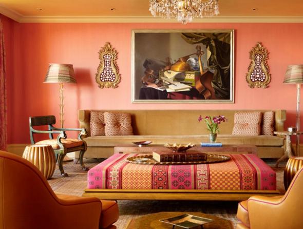 Картины и аксессуары на персиковых стенах