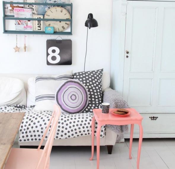 Персиковый столик в светлой комнате