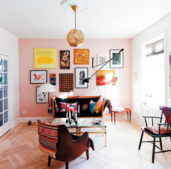 Тёмная мебель на фоне персиковой стены