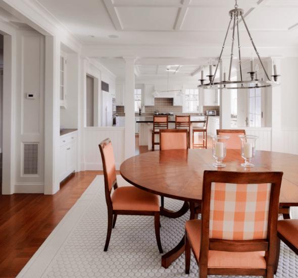 Персиковая мебель в сочетании с паркетом и белыми стенами