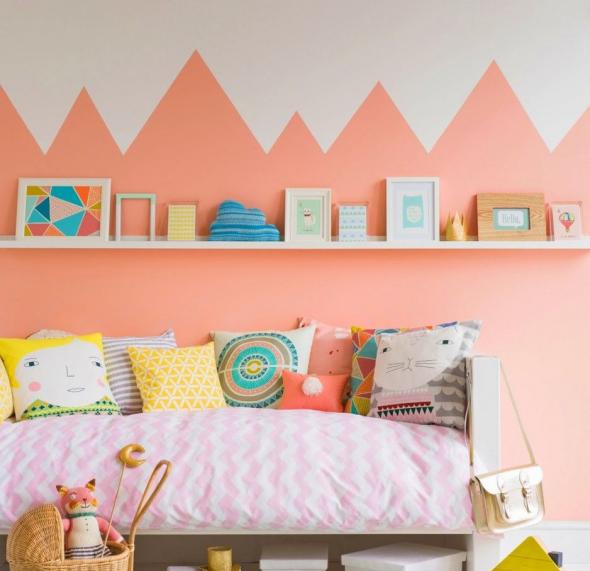Сочетание белого и персикового цветов на стене