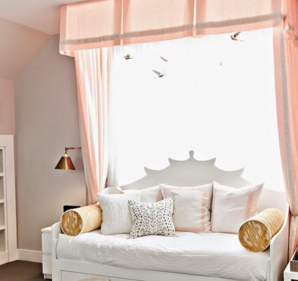 Персиковые шторы и белый диван