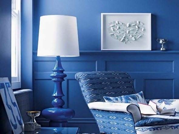 Белый и синий в дизайне гостиной