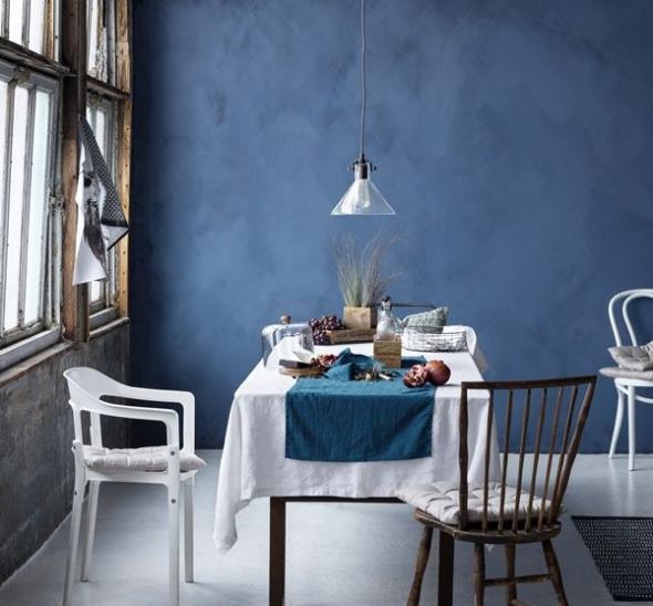 Синие стены и светлая мебель