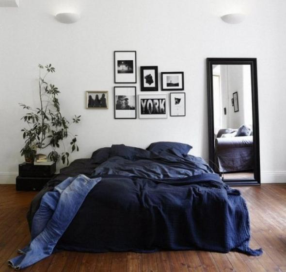Тёмная кровать и светлые стены