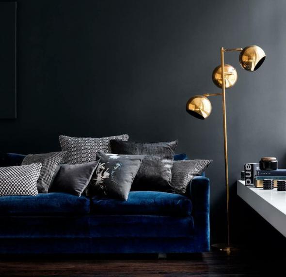 Чёрные стены и синий диван