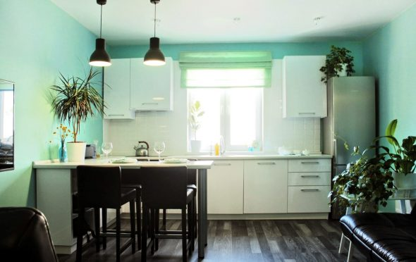 Однотонные светло-голубые обои на кухне