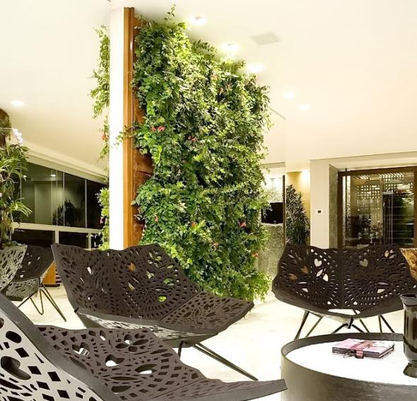 Вертикальный сад в сочетании с необычными креслами