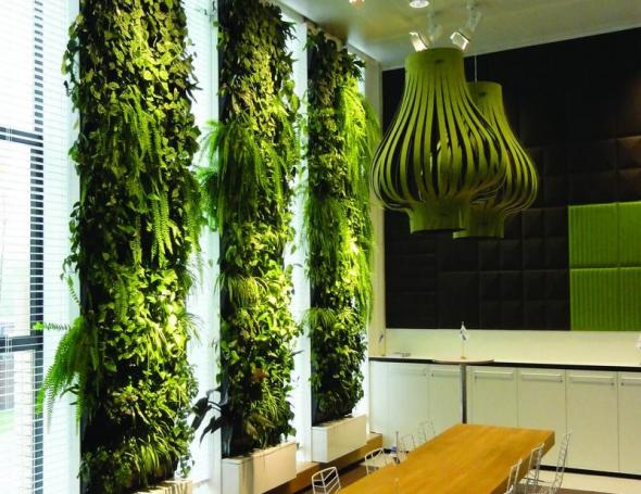 Вертикальный сад в сочетании с необычными светильниками