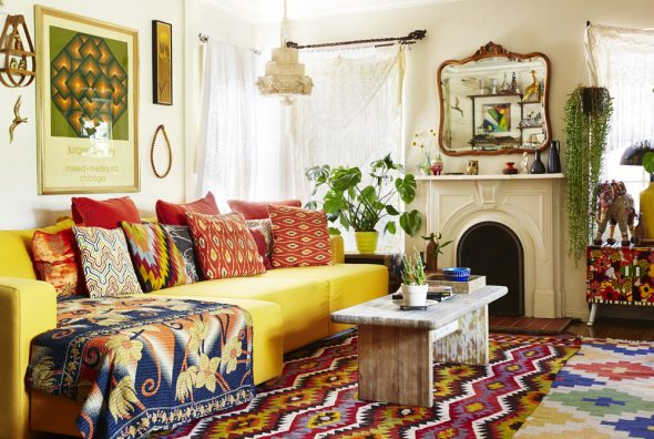 Узорчатый ковёр и подушки в интерьере