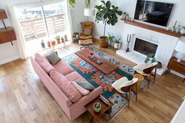 Гостиная с разноцветным ковром
