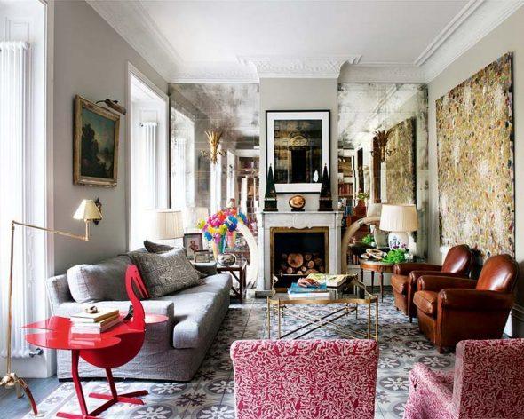 Мебель разных цветов и картины в гостиной